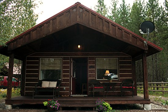 Columbia Falls, MT: cozy porch with cushioned seats, facing away from other cabins