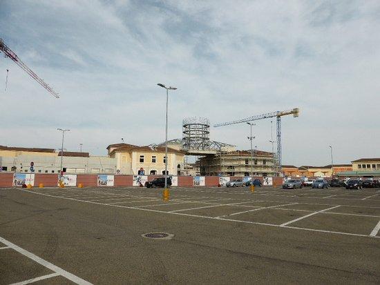 Ponte in costruzione che congiungerà le due parti dell\'Outlet 3 ...