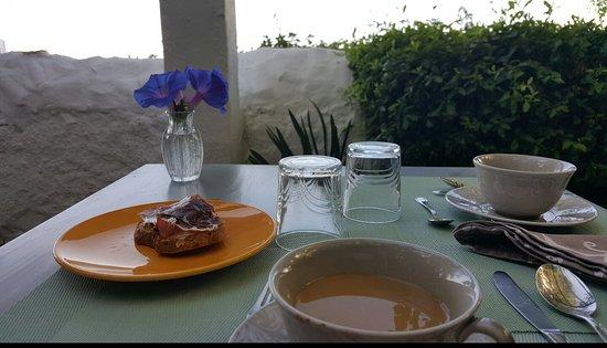 La Fructuosa: Fantástica terraza para  desayunos y cenas con maravillosas vistas a Gibraltar y Africa.