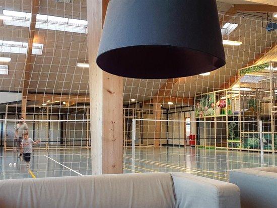 Saltum, Dinamarca: Blick von der Couch in Richtung Spielfelder und Kletterparcours