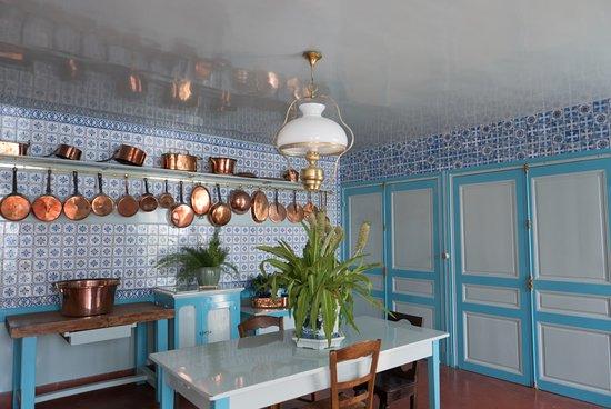Maison et jardins de claude monet int rieur de la maison la cuisine de monet giverny - Jardin interieur maison ...