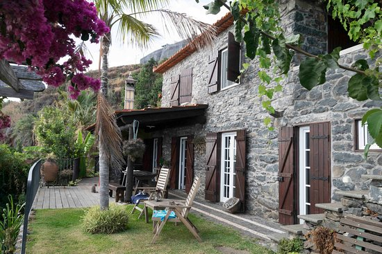 Arco da Calheta, โปรตุเกส: Grande cottage from garden