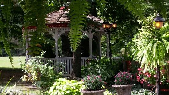 Great Falls, VA: Outdoor patio with two gazebos