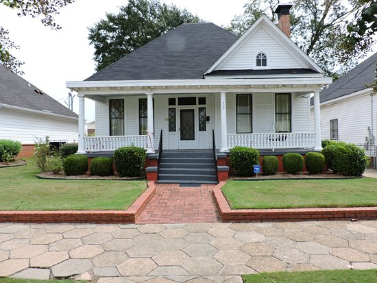 Dexter Parsonage Museum - Dr. Martin Luther King home: The front of the parsonage, complete with original sidewalk