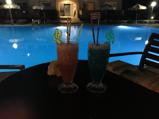 Hotel Iris: Cocktails at the pool bar