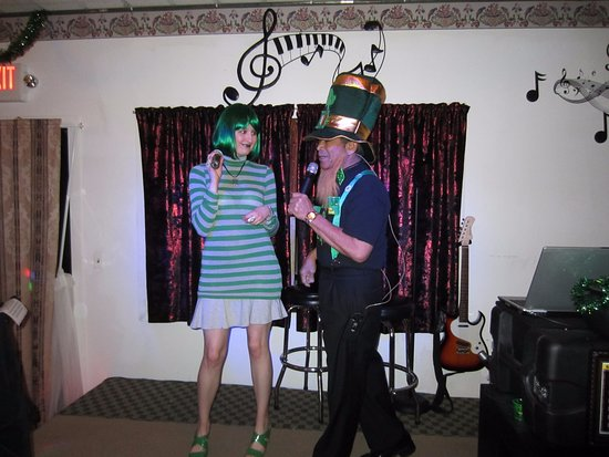 Martinez, Californië: A St. Patty's duet with karaoke host Al!