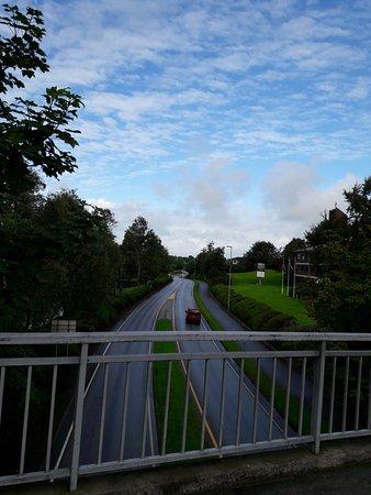 Bryne, Noruega: Вид с пешеходного моста на шоссе и отель (справа)