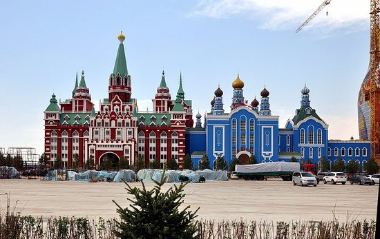 "Russia Taowa Square : Копия гостиницы ""Москва"" в натуральную величину рядом с матрёшкой"