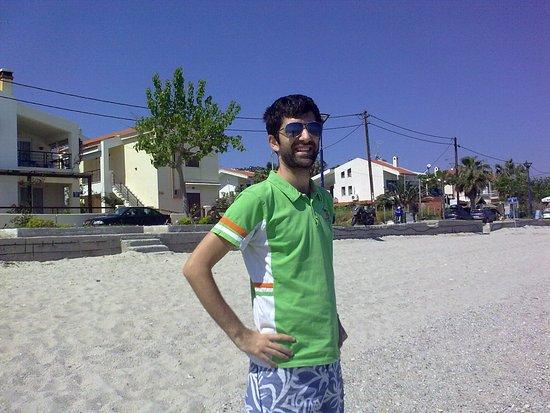 Polichrono Beach: Η στενή αμμουδιά μπροστά από τον παραλιακό δρόμο του Πολύχρονου.