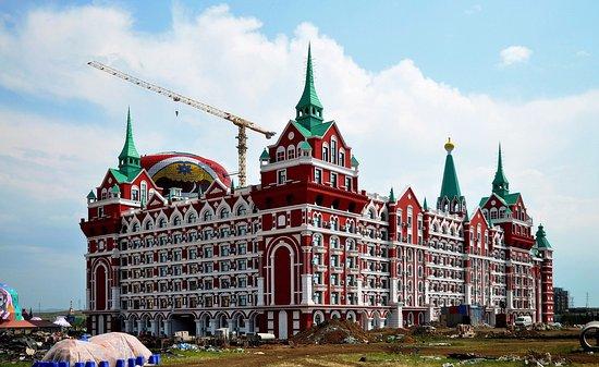"""Russia Taowa Square : Копия гостиницы """"Москва"""" на фоне матрешки"""
