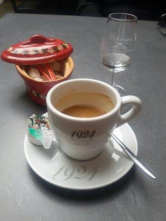 Gueberschwihr, Франция: Un bon café avec un verre de schnapps framboise.