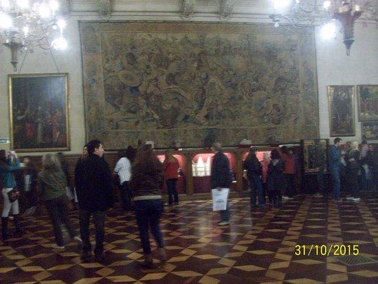 Gran Hall Con 3 Tapices Flamencos De Bruselas Tejidos Con