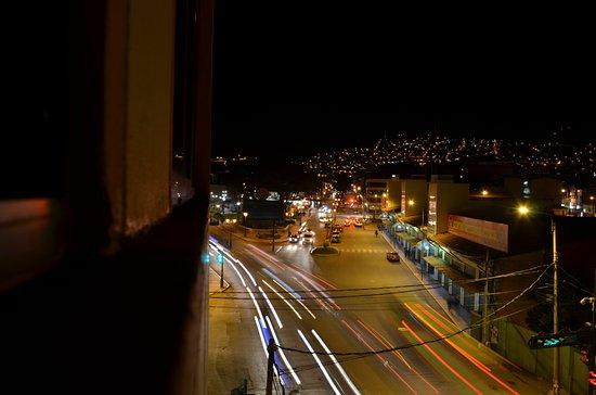 Hotel Jose Antonio Cusco: Me toco vista a la calle, y a la noche pude sacar esta linda foto.