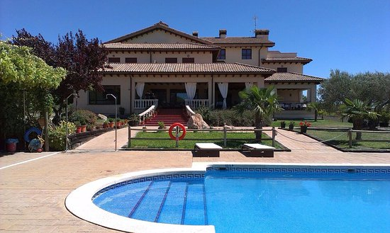 Bierge, Spanje: Piscina y Hotel