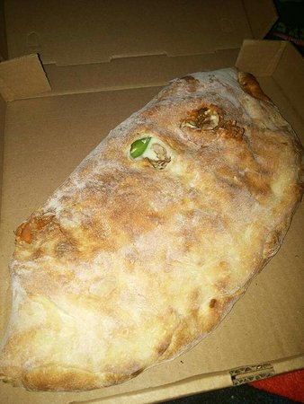 Hooksett, Nueva Hampshire: Meatball calzone aan   Meatball calzone and a peperoni pizza