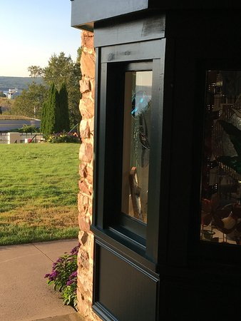 Digby Pines Golf Resort & Spa: window of the gift shop and lawn