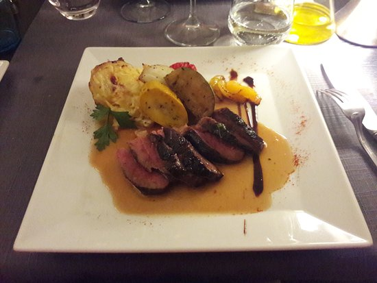 Saint-Martin-de-Crau, Fransa: Magret de canard du Sud-Ouest, poire caramélisée....