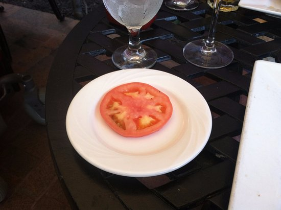 Monkton, แมรี่แลนด์: Manor Tavern organically grown tomato, looked even worse in person