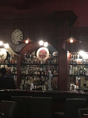 Hennessy's Irish Pub: Un bar relativamente nuevo. Ha decaído en los pocos años que lleva abierto. Lo mejor, sentarse e