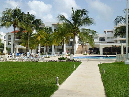 Beachscape Kin Ha Villas & Suites: Huge pool and sun deck