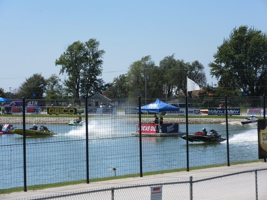 Wheatland, MO: Drag boats