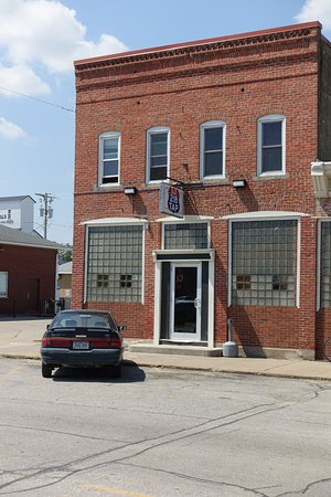 Hills, IA: Old school small town tavern