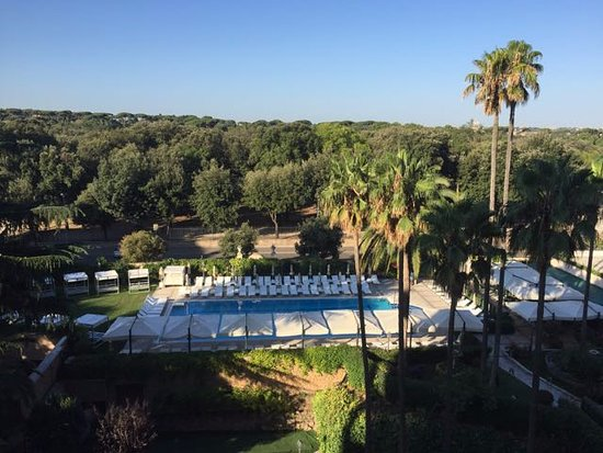 Parco dei Principi Grand Hotel & SPA: View from balcony to pool and Villa Borghese park