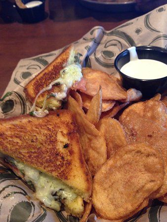Marysville, WA: Tomato Basil Grilled Cheese and chips