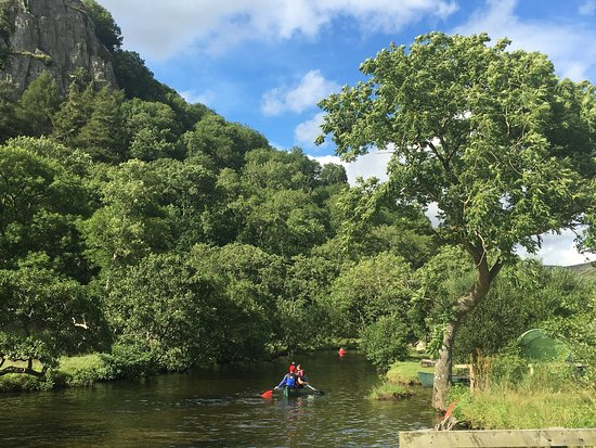 Nant Gwynant, UK: Amazing campsite, nestled at the foot of a mountain, with a river and lake perfect for kayaking.