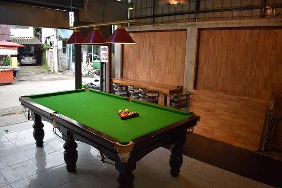 Ordinaire Aliceu0027s Restaurant: Pool Table Outside