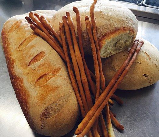 Castellucchio, Italia: Il pane e i gressini fatti da noi..