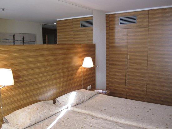 Ulemiste Hotel: letto e armadio