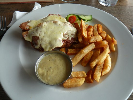 Ermelo, África do Sul: My chicken breast covered with bacon and cheese sauce