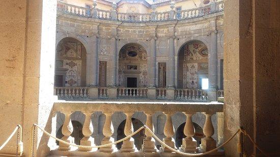 Caprarola vt palazzo farnese visto dal borgo foto di for Cortile circolare