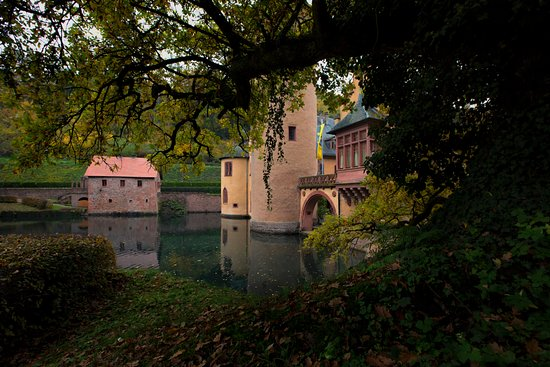 Mespelbrunn, Deutschland: the castle from underneath one of its old trees