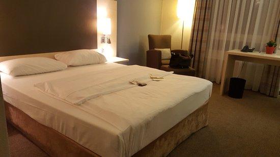 Standard Zimmer Mit Queen Size Bett Picture Of Mercure Hotel