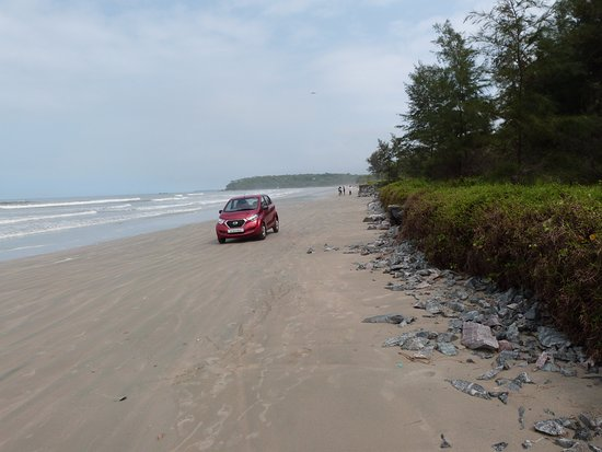 Muzhappilangad Drive-in Beach: An occasional car passing by