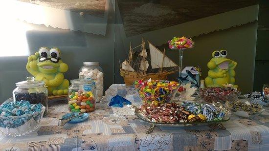 Hotel Sirius: Buffet offerto di caramelle e cioccolatini per tutto il soggiorno.