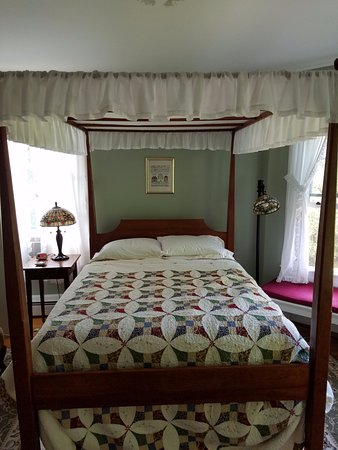 The Whitney House Inn: View of queen bed