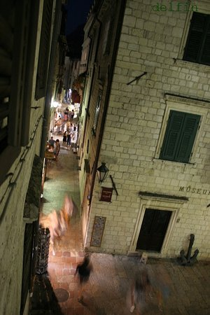 Montenegro Hostel Kotor: キッチンからの眺め