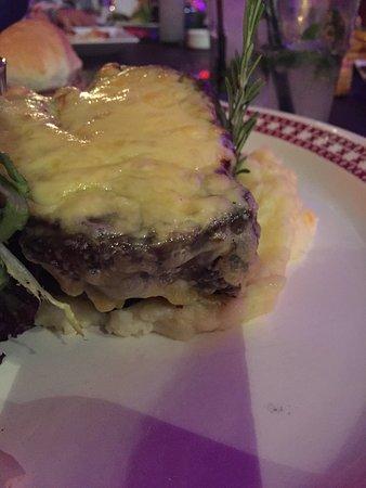 San Martín, Argentina: Ojo de Bife (500 grs de Carne) con puré y una costra de queso