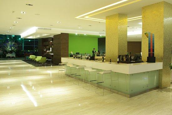 Biotel Suites: Vista del Lobby en la noche
