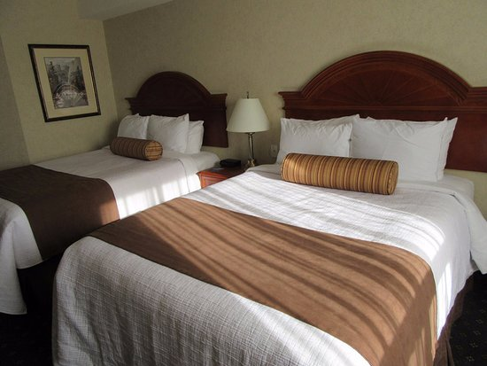 Travelodge Strathmore: 2 Queen Room.