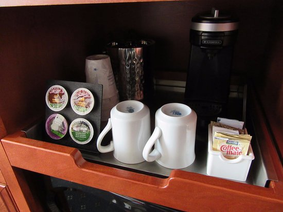 Strathmore, Kanada: In room coffee setup...but they have all day coffee in the lobby too!