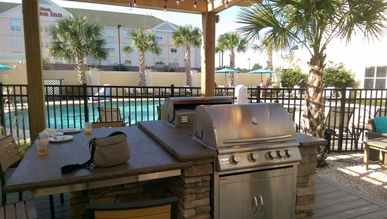 Homewood Suites by Hilton Wilmington/Mayfaire: Beautiful courtyard with grill