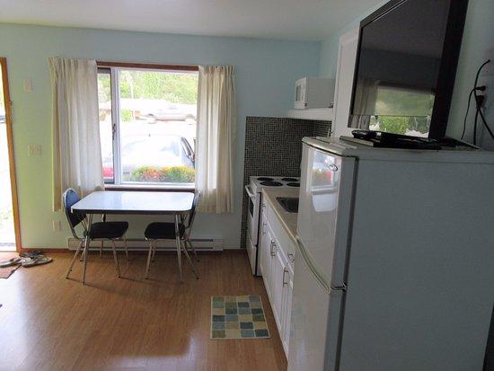 Mountain View Inn: Kitchen/dining area.