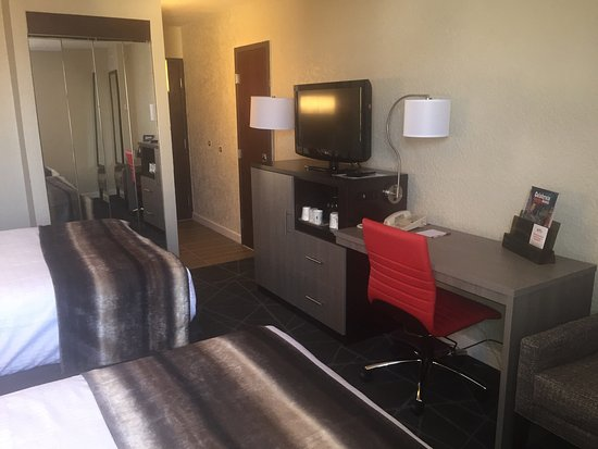 Best Western Plus Austin Central: Renovated Desk in all rooms