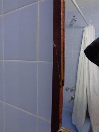 Hotel 8 de Octubre: Espejo del baño