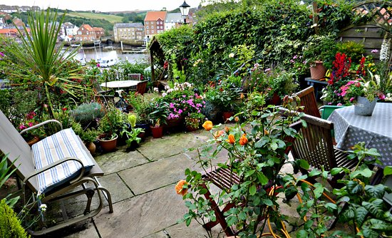 Abbey & Esk Bed & Breakfast: The tiered front garden