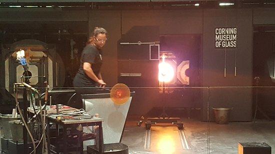 Corning, estado de Nueva York: Glass making demo.